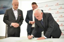 Uroczysty akt erekcyjny podpisuje Prezes Zarządu ORLEN Południe Pan Jerzy Brniak